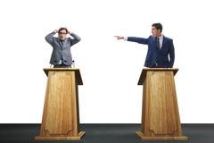 2 бизнесмена имея горячую дискуссию на обсуждение общественно важного вопроса группой специально отобранных людей Стоковые Фотографии RF