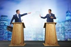 2 бизнесмена имея горячую дискуссию на обсуждение общественно важного вопроса группой специально отобранных людей Стоковое Фото