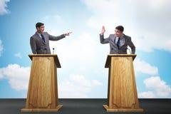 2 бизнесмена имея горячую дискуссию на обсуждение общественно важного вопроса группой специально отобранных людей Стоковые Изображения