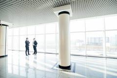 2 бизнесмена имея неофициальное заседание в современной зале офиса Стоковая Фотография RF