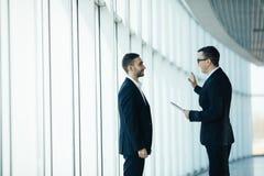 2 бизнесмена имея неофициальное заседание Стоковые Изображения