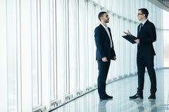 2 бизнесмена имея неофициальное заседание Стоковая Фотография RF