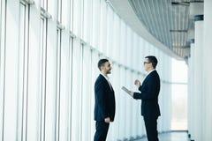 2 бизнесмена имея неофициальное заседание Стоковые Фото