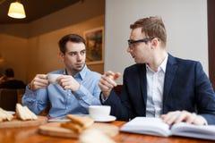 2 бизнесмена имея обсуждение в кафе Стоковая Фотография RF