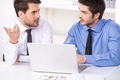 2 бизнесмена имея обсуждение в офисе Стоковые Изображения