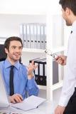 2 бизнесмена имея обсуждение в офисе Стоковые Фото