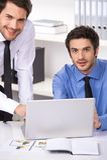 2 бизнесмена имея обсуждение в офисе Стоковое Изображение RF