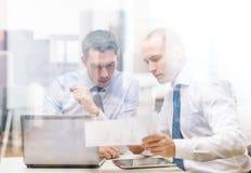 2 бизнесмена имея обсуждение в офисе Стоковая Фотография RF