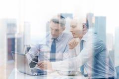 2 бизнесмена имея обсуждение в офисе Стоковое Изображение