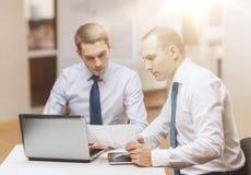 2 бизнесмена имея обсуждение в офисе Стоковые Фотографии RF