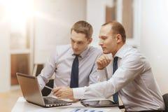 2 бизнесмена имея обсуждение в офисе Стоковая Фотография
