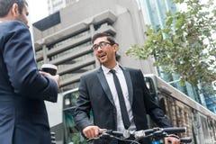 2 бизнесмена имея прогулку Стоковое Фото