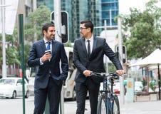 2 бизнесмена имея прогулку Стоковые Фотографии RF