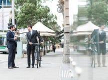 2 бизнесмена имея прогулку Стоковые Изображения