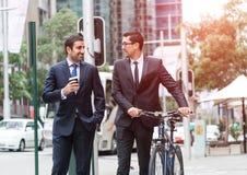 2 бизнесмена имея прогулку Стоковые Фото