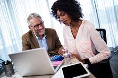 2 бизнесмена используя компьютер Стоковая Фотография
