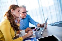 2 бизнесмена используя компьютер Стоковые Изображения RF