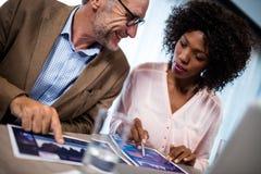 2 бизнесмена используя компьютер Стоковое Изображение RF