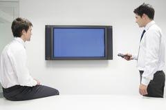 2 бизнесмена используя монитор плоского экрана Стоковое Фото