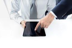 2 бизнесмена используя планшет с одним экраном руки касающим Стоковая Фотография RF