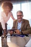 2 бизнесмена используя планшет Стоковые Изображения