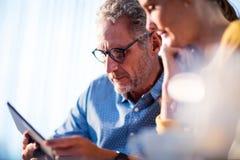 2 бизнесмена используя планшет Стоковое фото RF