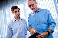 2 бизнесмена используя планшет Стоковое Фото