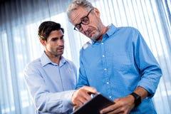 2 бизнесмена используя планшет Стоковая Фотография RF