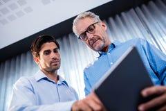 2 бизнесмена используя планшет Стоковое Изображение