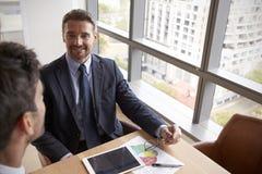 2 бизнесмена используя таблетку цифров в встрече офиса Стоковое фото RF
