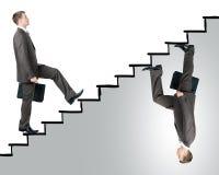2 бизнесмена идя вверх по лестницам Стоковые Изображения