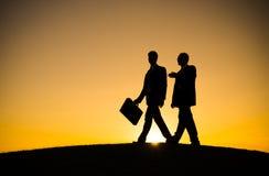 2 бизнесмена идя совместно концепция Стоковые Изображения