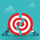 2 бизнесмена нажимая части большой цели совместно Стоковое Изображение