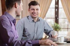 2 бизнесмена на кофе Стоковые Фотографии RF