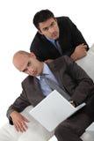 2 бизнесмена на софе Стоковые Фото