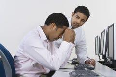 2 бизнесмена на столе перед компьютером Стоковые Фото