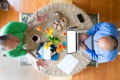 2 бизнесмена на таблице в взгляде высокого угла Стоковые Изображения