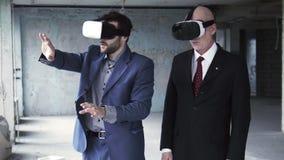 2 бизнесмена нося на изумлённых взглядах и говорить vr акции видеоматериалы
