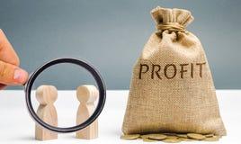 2 бизнесмена обсуждают выгоду компании Поиск для источников финансирования Планирование бизнеса Распределение цен стоковые изображения rf