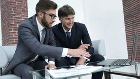 2 бизнесмена обсуждают финансовые документы Стоковые Изображения RF