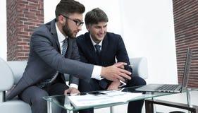 2 бизнесмена обсуждают финансовые документы Стоковое Изображение