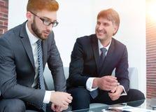 2 бизнесмена обсуждают финансовые документы Стоковая Фотография RF