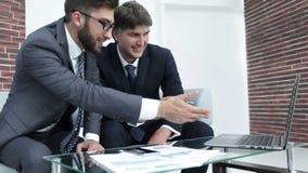 2 бизнесмена обсуждают финансовые документы Стоковые Изображения
