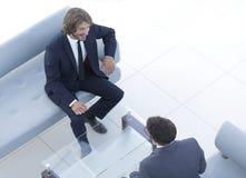 2 бизнесмена обсуждая в рабочем месте Стоковые Фотографии RF