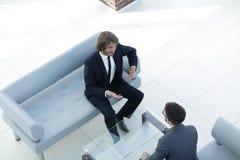2 бизнесмена обсуждая в рабочем месте Стоковая Фотография