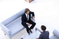 2 бизнесмена обсуждая в рабочем месте Стоковая Фотография RF