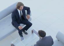 2 бизнесмена обсуждая в рабочем месте Стоковые Изображения