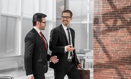 2 бизнесмена обсуждая дело в офисе Стоковые Изображения