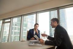 2 бизнесмена обсуждая темпы роста на встрече Стоковые Фотографии RF