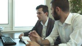 2 бизнесмена обсуждают в офисе случая сток-видео